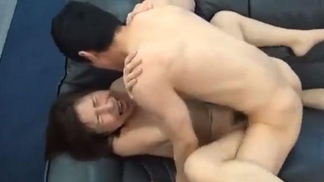 五十路妻さん、若者のチンポを掴んでは離さず歓喜の中で絶頂www 香田美子