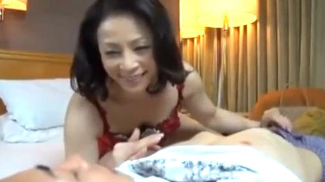五十路妻不倫、年下のイケメンに口説かれ夫を見捨て終始ご機嫌ww